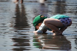 child-playing-in-water-885298__180